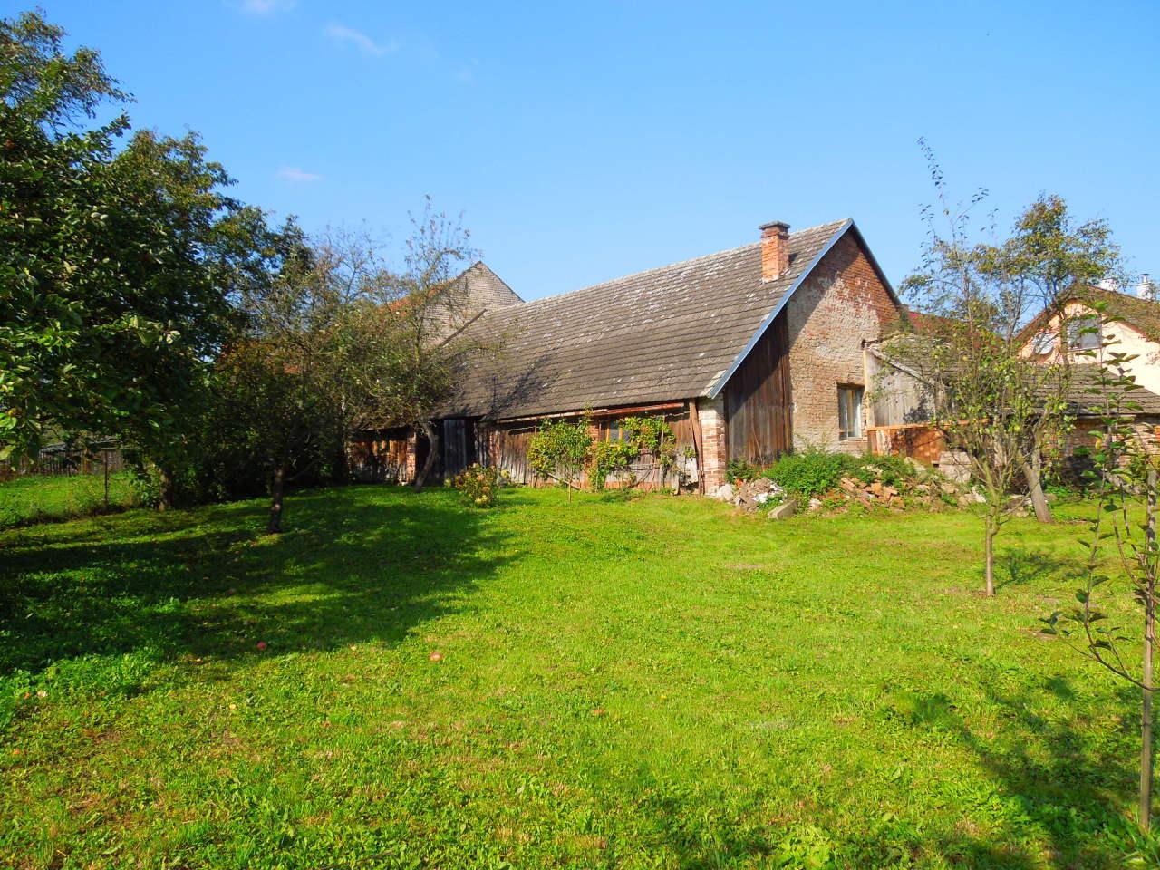 Chalupa – Velký Vřešťov, oplocená zahrada s ovocnými stromky za stodolou