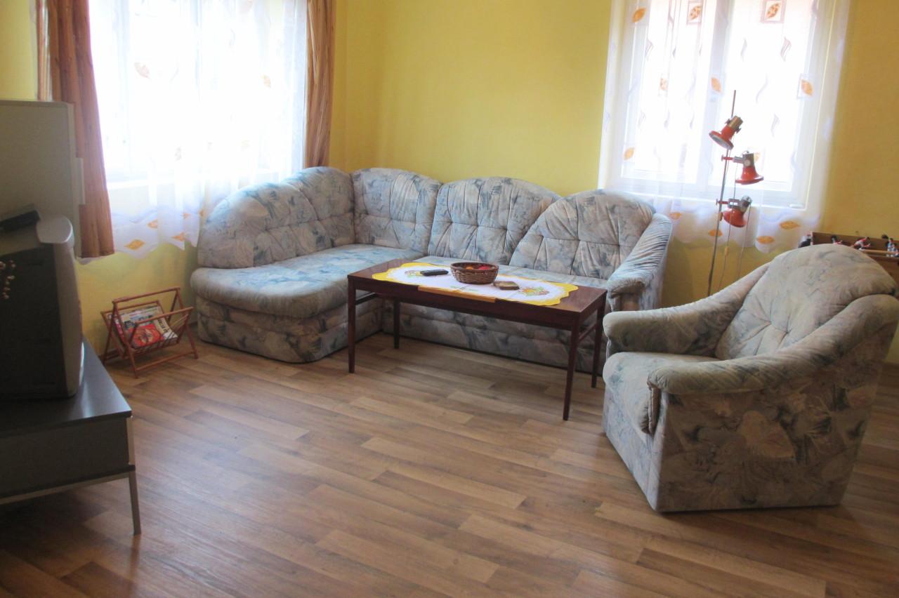 Velký Vřešťov – obývací pokoj, rozkládací gauč, fotbálek