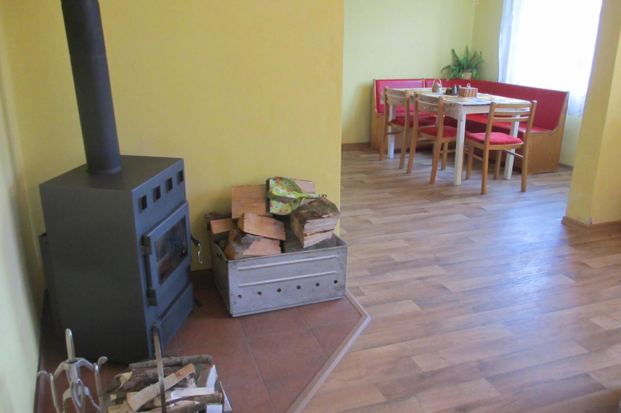 Chalupa – Velký Vřešťov, pohled z obývacího pokoje do kuchyně