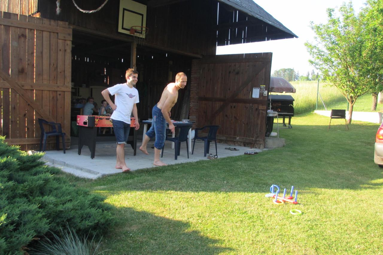 Bílé Poličany – házení kroužků před stodolou
