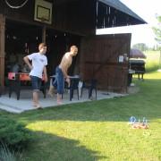Házení kroužků před stodolou